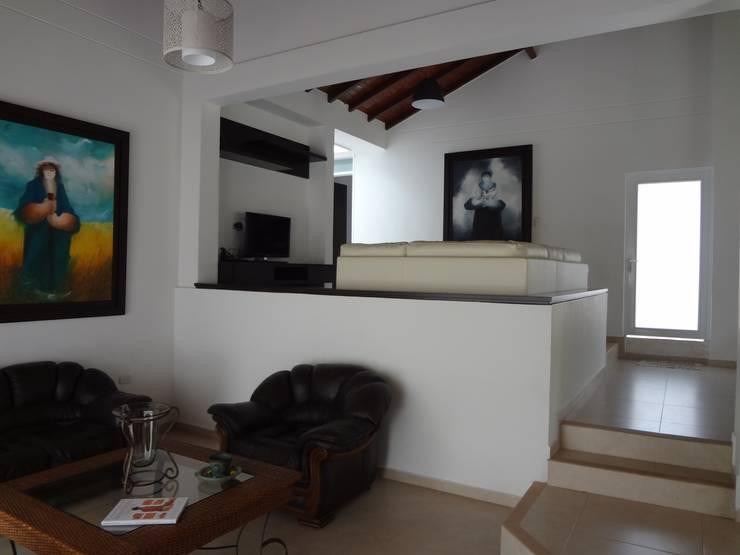 Sala - Sala de TV: Salas de estilo  por John Robles Arquitectos,