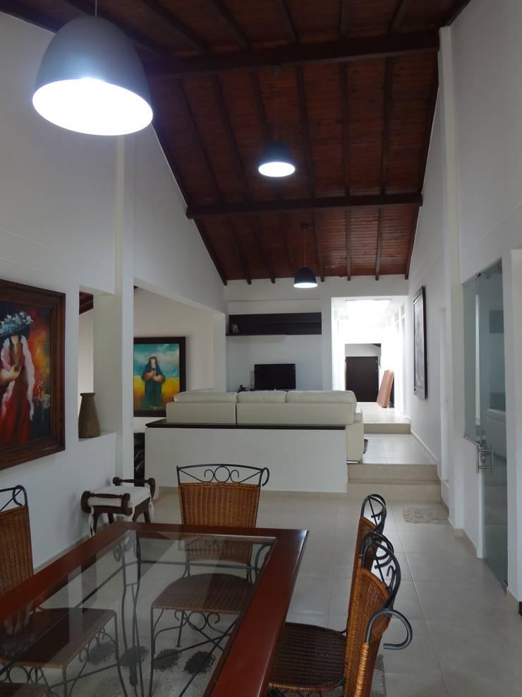 Sala de TV - Comedor despues de la remodelación: Comedores de estilo  por John Robles Arquitectos,