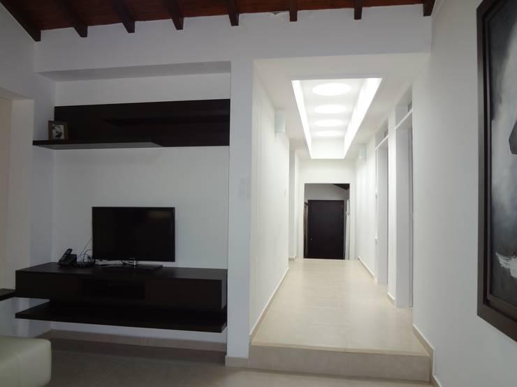 Hall de alcobas después de la remodelación: Pasillos y vestíbulos de estilo  por John Robles Arquitectos,