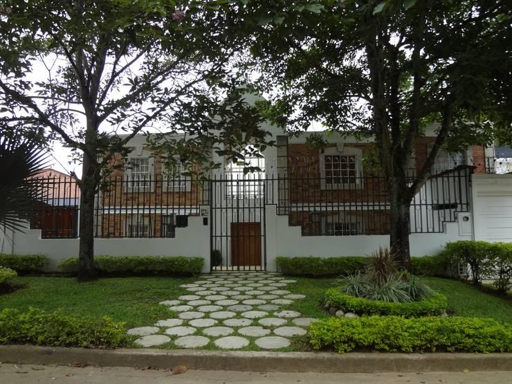Acceso principal : Casas de estilo  por John Robles Arquitectos