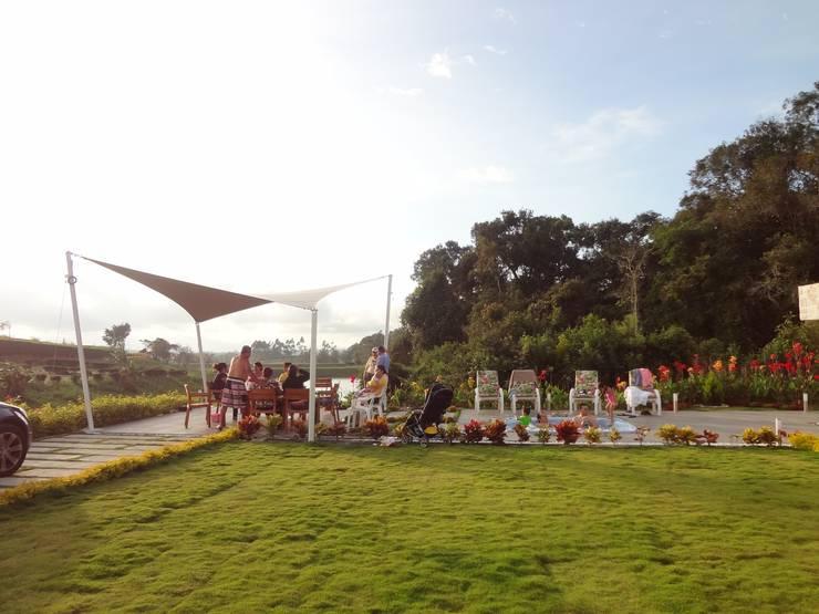 Zona social casa 41: Jardines de estilo  por John Robles Arquitectos