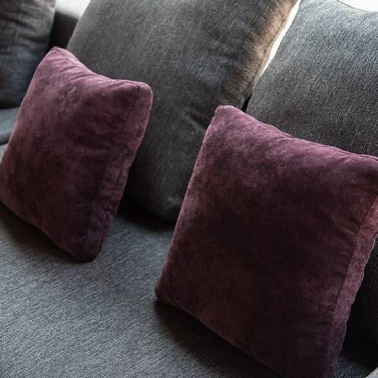 Cojines : Salas de estilo  por Casa DEROCA