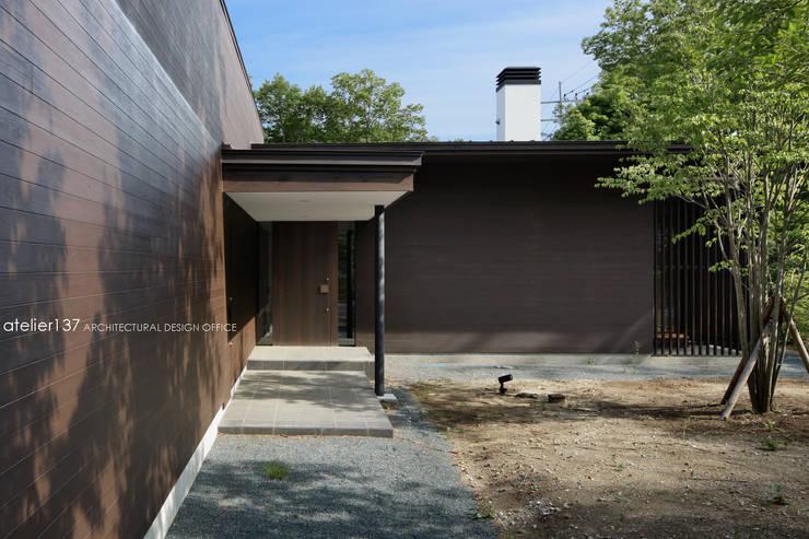 玄関アプローチ~038那須Fさんの家: atelier137 ARCHITECTURAL DESIGN OFFICEが手掛けた廊下 & 玄関です。