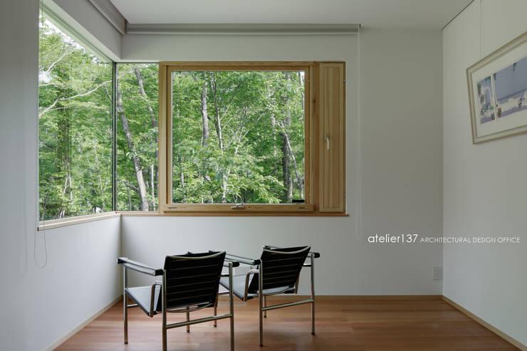 寝室~038那須Fさんの家: atelier137 ARCHITECTURAL DESIGN OFFICEが手掛けた寝室です。