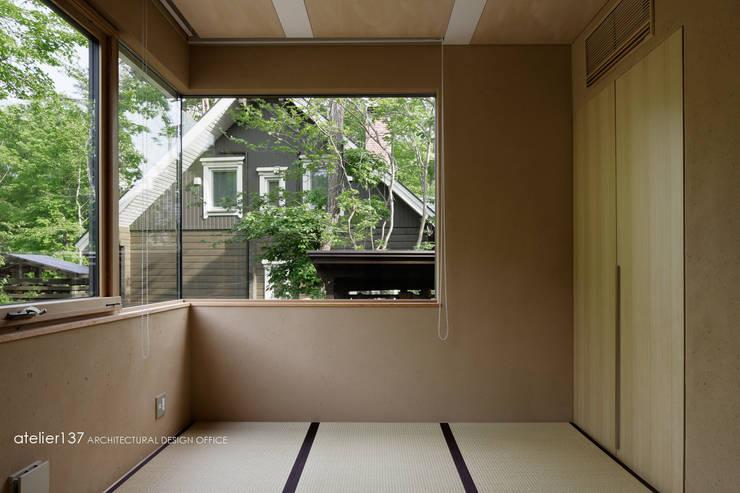 和室~038那須Fさんの家: atelier137 ARCHITECTURAL DESIGN OFFICEが手掛けた寝室です。