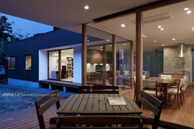テラス夕景~038那須Fさんの家: atelier137 ARCHITECTURAL DESIGN OFFICEが手掛けたテラス・ベランダです。