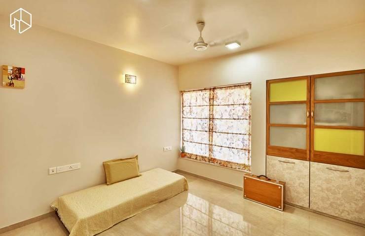 guest bedroom:  Bedroom by iSTUDIO Architecture