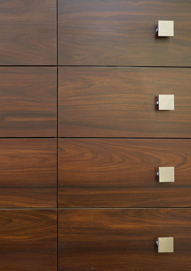 Wooden texture and detail:  Dressing room by iSTUDIO Architecture