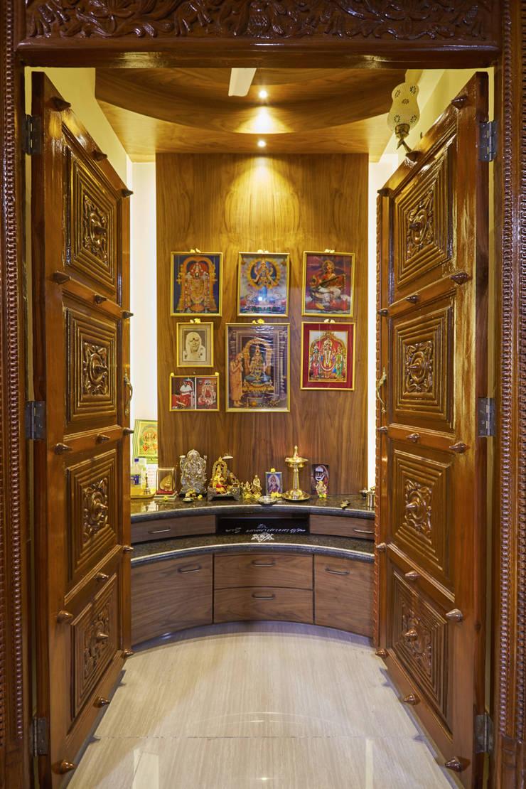 temple doors:  Windows by iSTUDIO Architecture