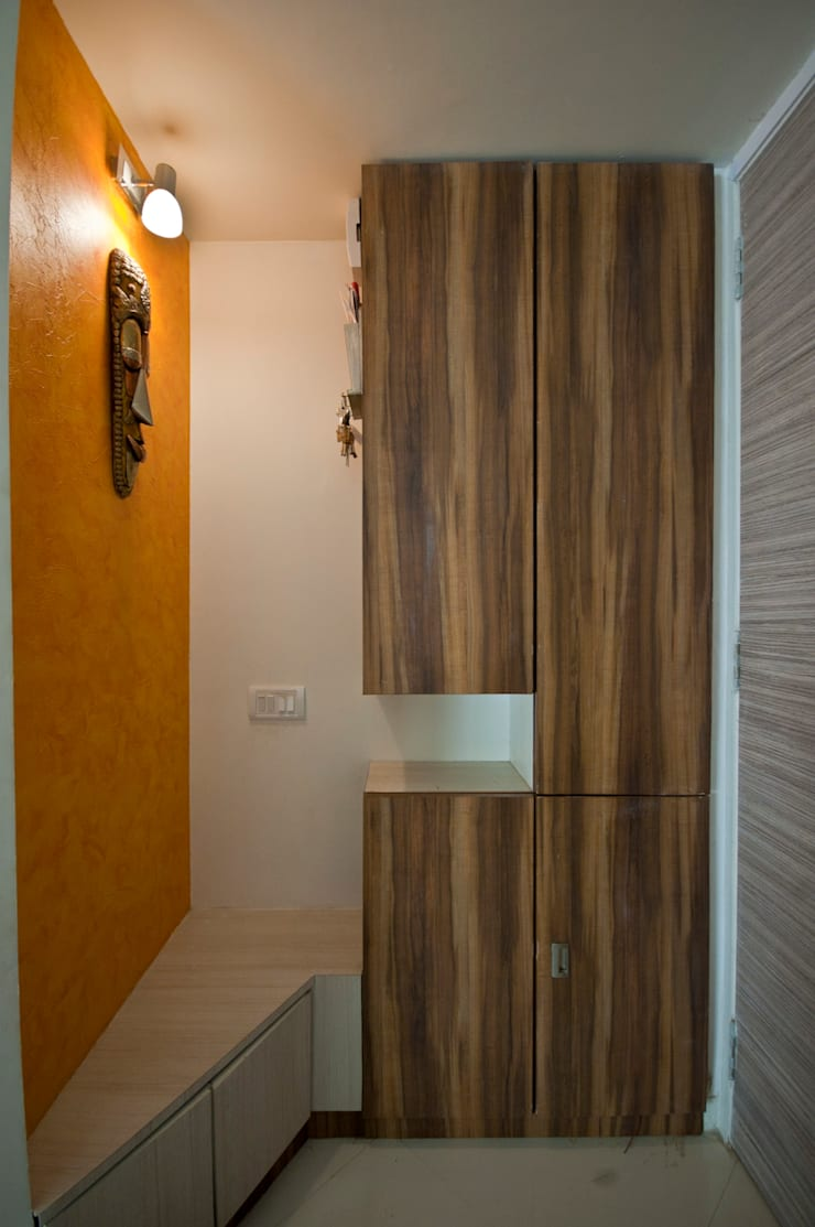 shoe rack:  Living room by iSTUDIO Architecture