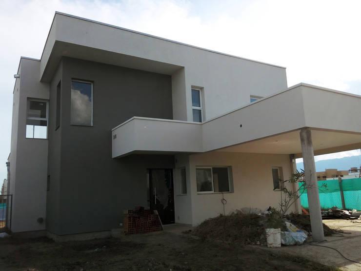 Casa Barchini: Casas de estilo  por triAda