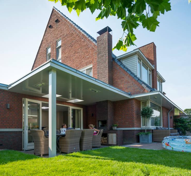Uitbreiding met woonkeuken en veranda:  Terras door Architect2GO