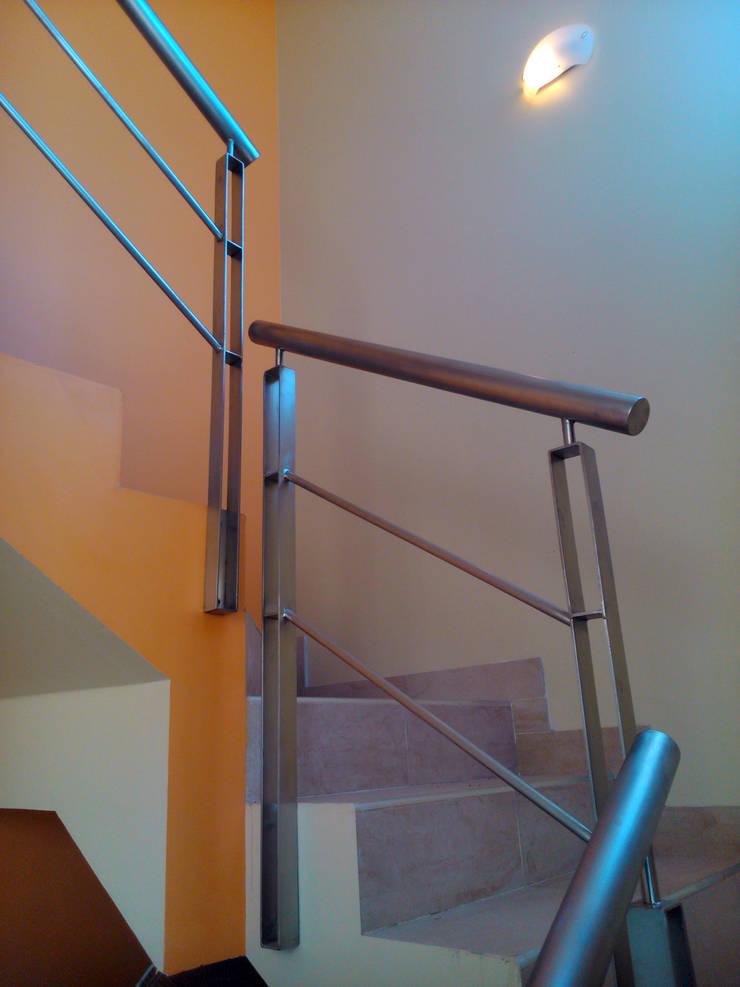 Casa Antacle: Pasillos y recibidores de estilo  por triAda