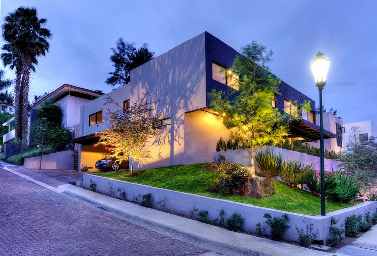 Fachada lateral : Casas de estilo  por Con Contenedores S.A. de C.V.