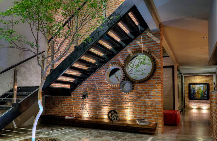 Recibidor : Pasillos y recibidores de estilo  por Con Contenedores S.A. de C.V.