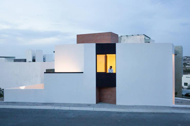 Fachada lateral Casa Rubí 70: Casas de estilo  por Región 4 Arquitectura