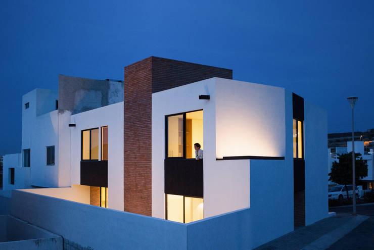 Fachada trasera Casa Rubí 70: Casas de estilo  por Región 4 Arquitectura