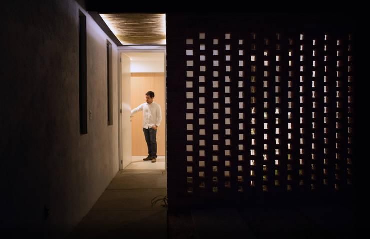 Celosía Casa Rubí 70: Casas de estilo  por Región 4 Arquitectura