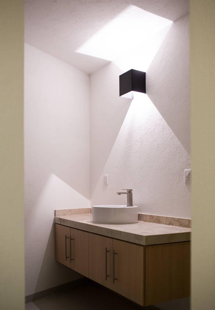 Baño Casa Rubí 70: Baños de estilo  por Región 4 Arquitectura