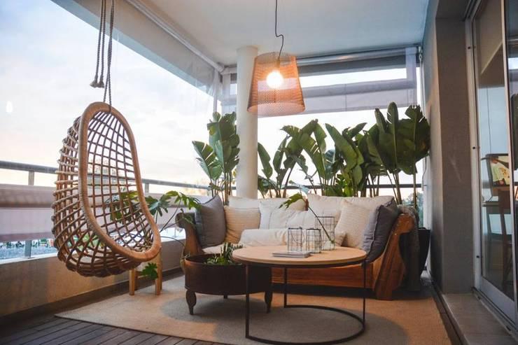 Balcones, porches y terrazas de estilo  por Griscan diseño iluminación