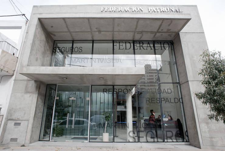 VISTA DE FRENTE: Oficinas y Tiendas de estilo  por Poggi Schmit Arquitectura