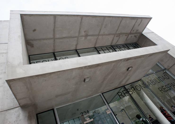VISTA DE FRENTE 05: Oficinas y Tiendas de estilo  por Poggi Schmit Arquitectura