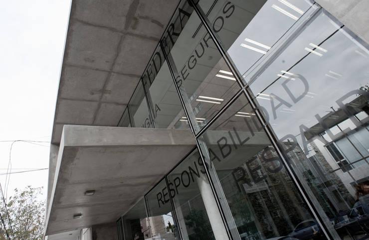 VISTA DE FRENTE 06: Oficinas y Tiendas de estilo  por Poggi Schmit Arquitectura