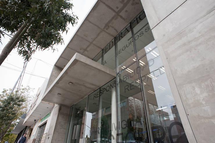 VISTA DE FRENTE 04: Oficinas y Tiendas de estilo  por Poggi Schmit Arquitectura