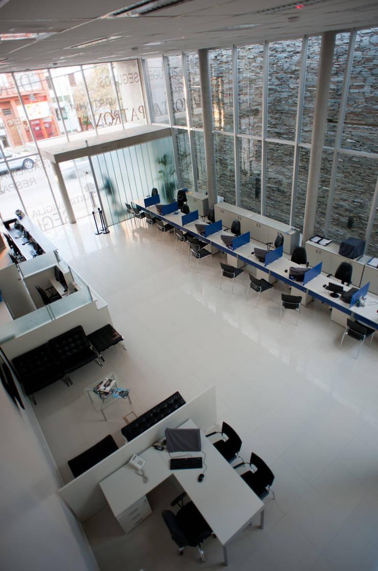 INTERIOR : Oficinas y Tiendas de estilo  por Poggi Schmit Arquitectura