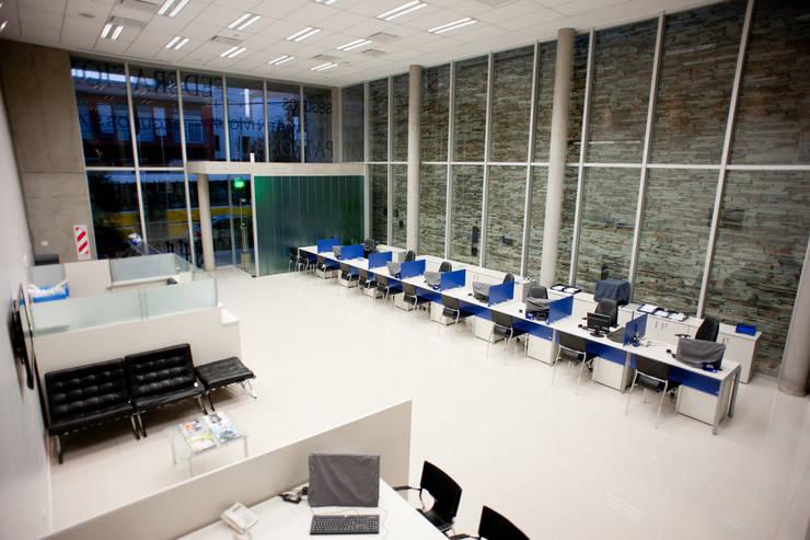 INTERIOR 02: Oficinas y Tiendas de estilo  por Poggi Schmit Arquitectura