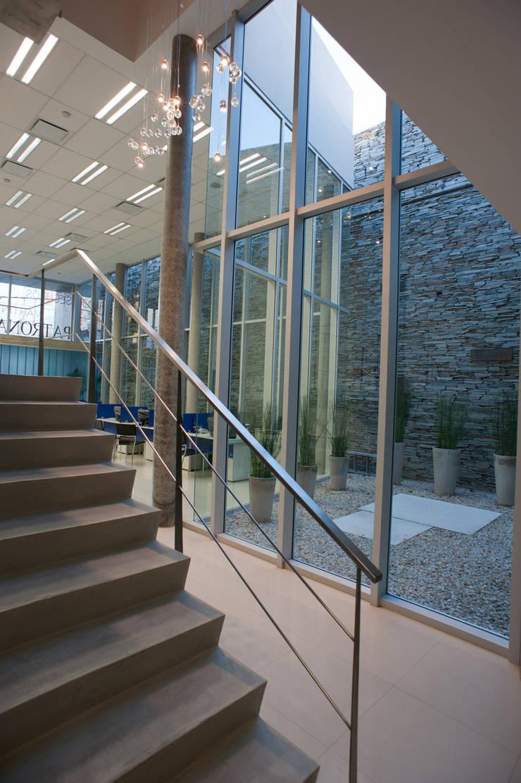 INTERIOR 04: Oficinas y Tiendas de estilo  por Poggi Schmit Arquitectura