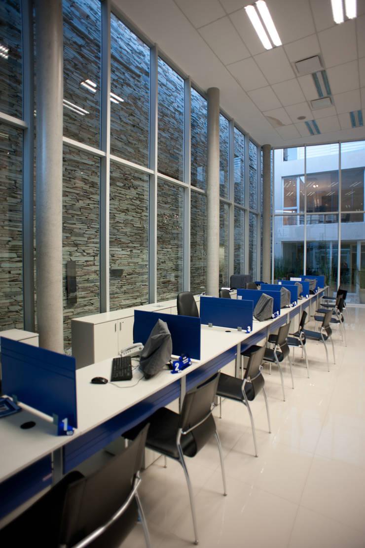 INTERIOR 03: Oficinas y Tiendas de estilo  por Poggi Schmit Arquitectura