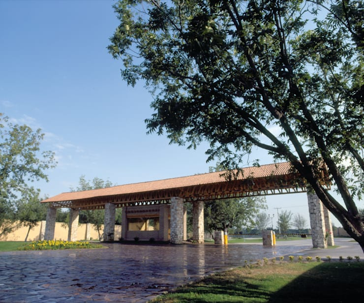 ACCESO PRINCIPAL FRACCIONAMIENTO RESIDENCIAL LAS VILLAS: Jardines de estilo  por MARIO TALAMAS