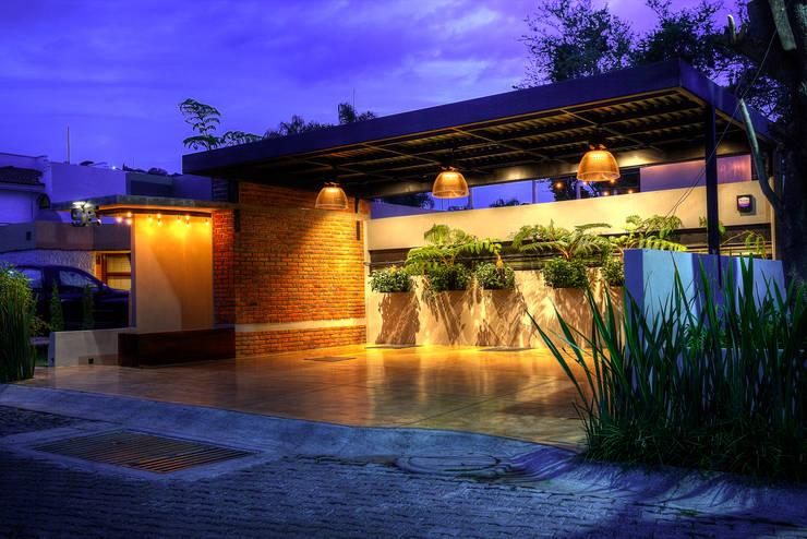 Fachada : Casas de estilo  por Con Contenedores S.A. de C.V.