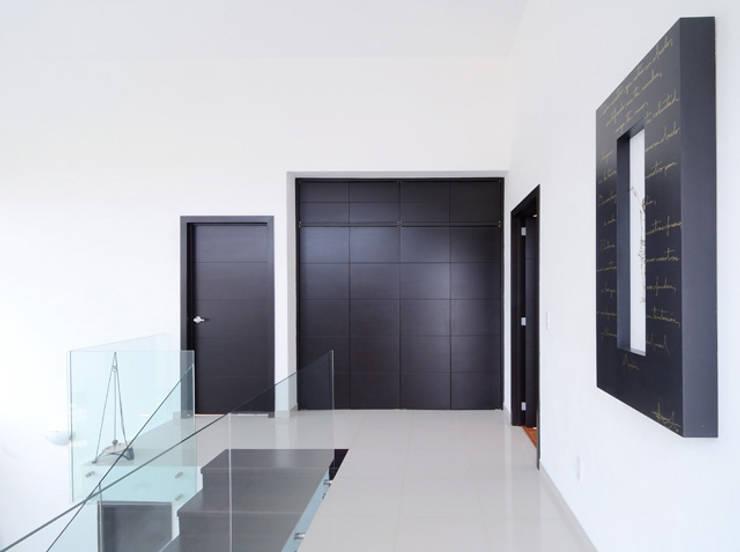 EL PASILLO DISTRIBUIDOR: Estudios y oficinas de estilo  por Excelencia en Diseño