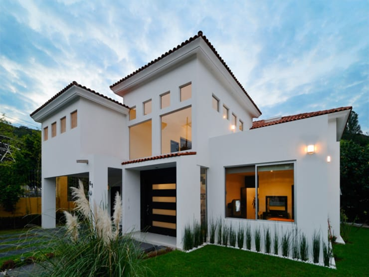 FACHADA: Casas de estilo colonial por Excelencia en Diseño