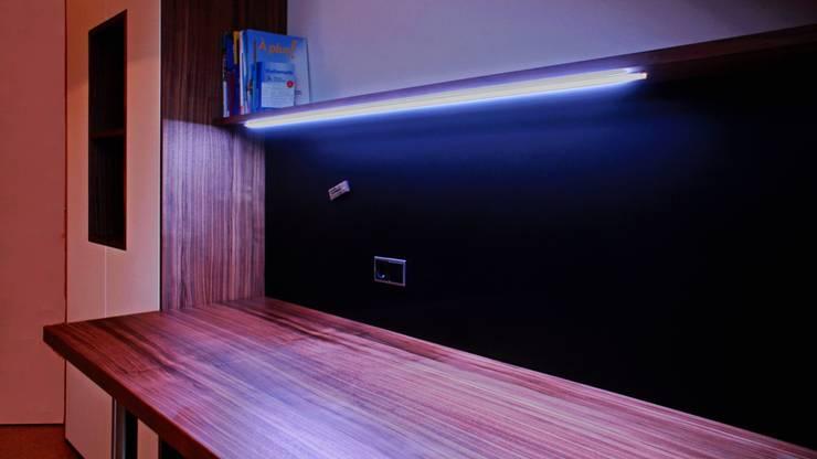Jugendzimmer: moderne Arbeitszimmer von Ruperti Schreinerei