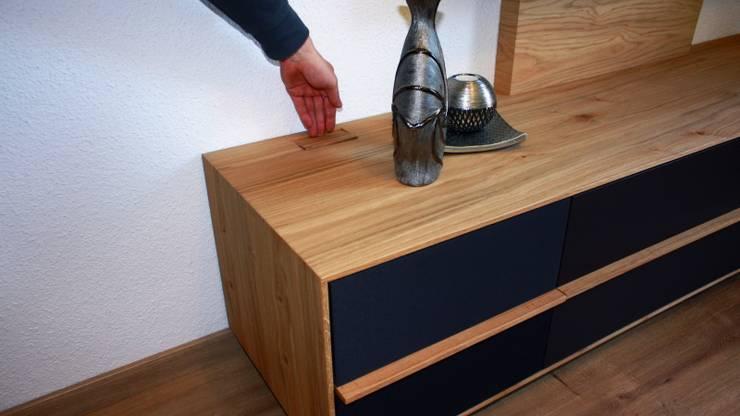 Ein flächenbündiger Deckel kaschiert die Öffnung:  Wohnzimmer von Ruperti Schreinerei