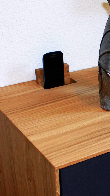 Ladestation für multimedia Geräte:  Wohnzimmer von Ruperti Schreinerei