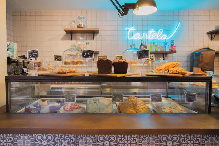 BARRA EXPOSICIÓN PRODUCTO: Locales gastronómicos de estilo  de ECM Interiorismo