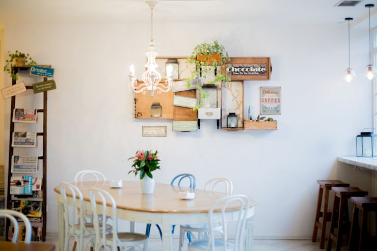 ESTANTERÍA DE CAJONES: Locales gastronómicos de estilo  de ECM Interiorismo