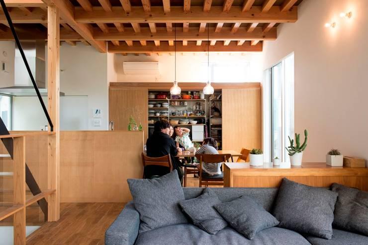 鎌倉玉縄テラス: HAN環境・建築設計事務所が手掛けたリビングです。,モダン