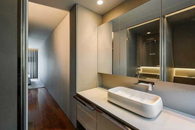 Suite na Arrábida: Casas de banho  por ABPROJECTOS