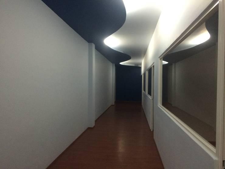 Vista Pasillo: Estudios y oficinas de estilo  por Perfil Arquitectónico