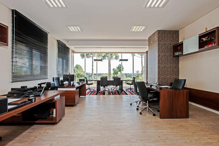 Рабочие кабинеты в . Автор – Patrícia Azoni Arquitetura + Arte & Design, Модерн