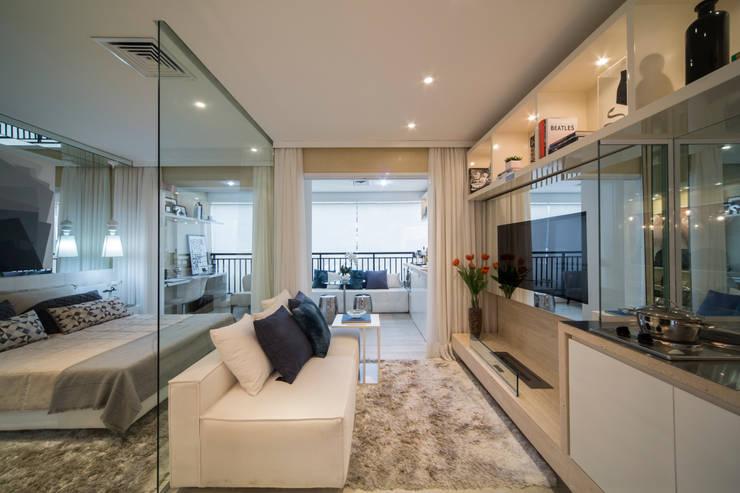 غرفة المعيشة تنفيذ Chris Silveira & Arquitetos Associados