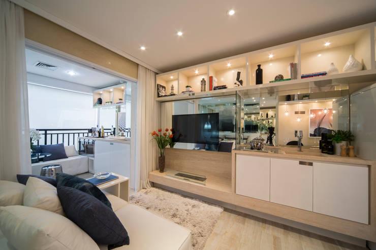 MAC_Cosmopolitan Santa Cecília 35m²: Salas de estar  por Chris Silveira & Arquitetos Associados