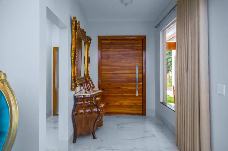 Pasillos y vestíbulos de estilo  por Daniele Galante Arquitetura