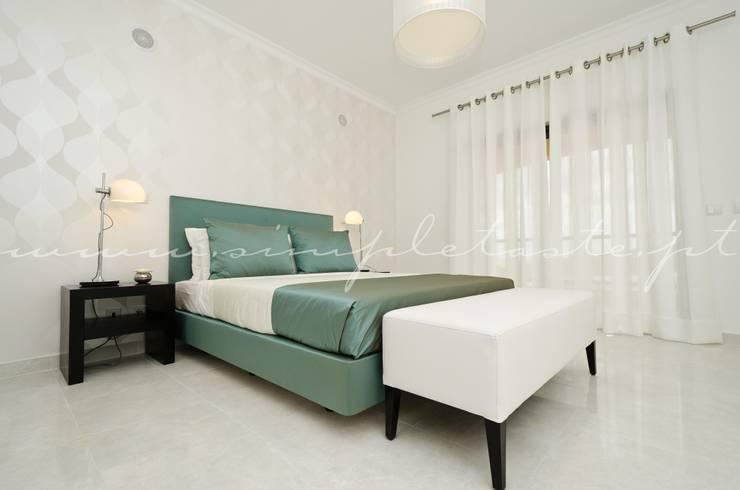 Private Interior Design Project – Apartment in Lagos: Quarto  por Simple Taste Interiors
