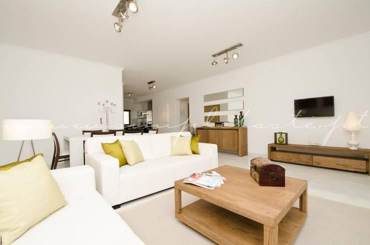 Private Interior Design Project – Apartment in Lagos: Sala de estar  por Simple Taste Interiors